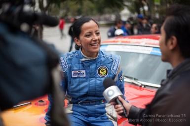 Angélica Fuentes (#133) en una entrevista en la Alameda del DF.