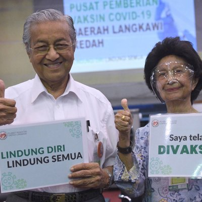 Dr M Gives Thumbs Up After Taking Covid 19 Vaccine