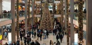 bevásárló központ karácsonyi díszben