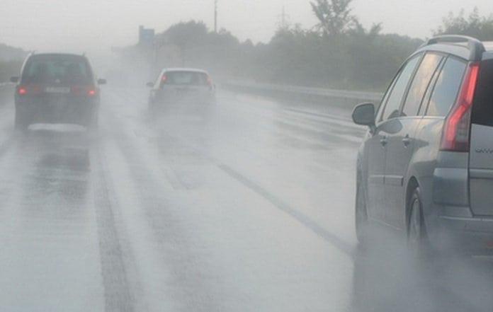 autók az autópályán esős időben