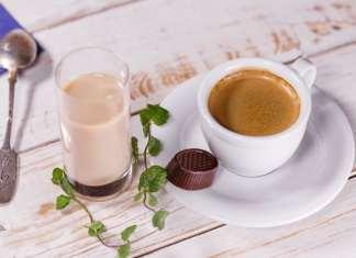 kávés csésze fa asztalon