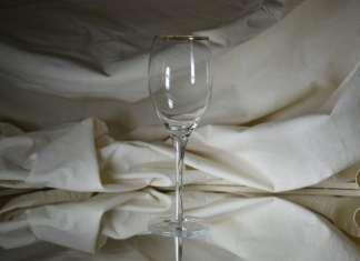 üres borospohár üvegasztalon