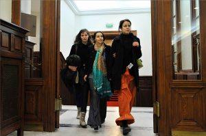 Geréb Ágnes szülész-nőgyógyász (középen) érkezik a Fővárosi Ítélőtábla tárgyalótermébe.