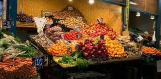 zöldségárus stand a piacon