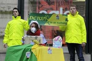 Greenpeace-aktivisták vegyi anyagokat jelképező kis szörnyekkel borított ruhákat varrnak az Adidas Andrássy úti márkaboltja előtt, 2014. január 14.-én.