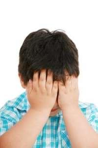 szomorkodó kisfiú