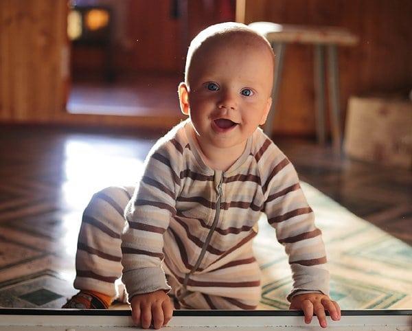 otthon a kövön ülő baba