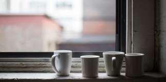 csészék az ablakpárkányon