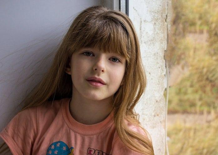 hosszú hajú iskolás lány