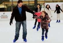 korcsolyázó kislány az apukájával