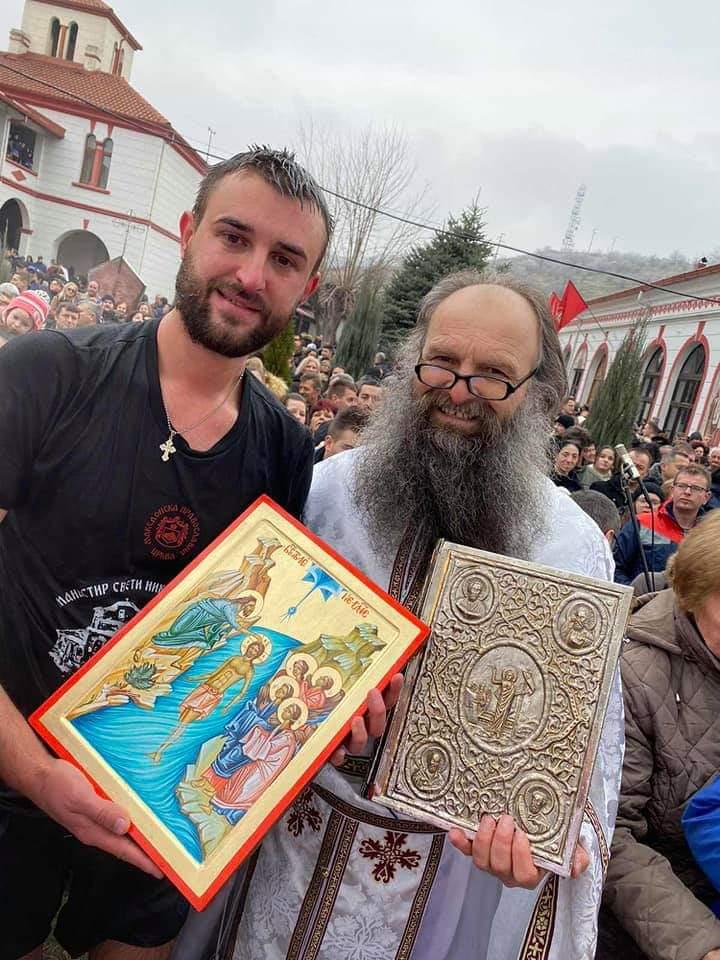 Златко Пупуновски е најсреќниот битолчанец кој го фати крстот во светите води од базенот кај црквата св. Недела