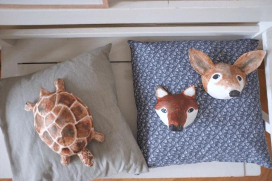 papiermache creaties van schildpad en twee soorten vossen op kussens
