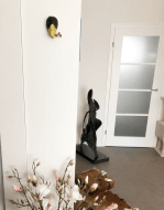 papiermache kraai aan muur in woonkamer