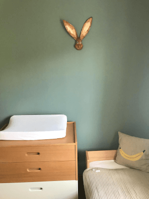 papiermache haas op muur babykamer
