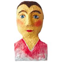 papiermache mensportret van een jongen met kort haar en een sportshirt aan