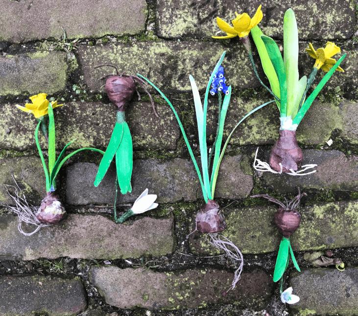 handgemaakte bloembolletjes van papier en klei. Op deze foto zie je de narcissen en druifjes en sneeuwklokjes goed