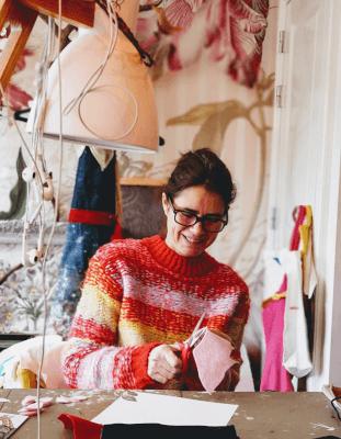babette aan het werk in haar atelier. de wereld van papiermache