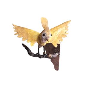 Gele vogel op tak klaar voor vertrek