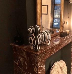 zwartwit gestreepte tekkel van papiermache