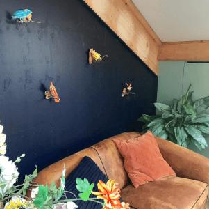 papiermache vogeltjes aan de muur