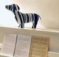 papiermache tekkel zwartwit op piano