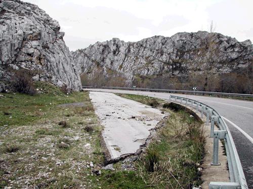 La carretera autonómica a la entrada de Babia, el sobrante sin restaurar