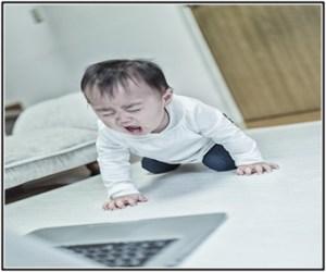 赤ちゃんが下痢になって、黄色のうんちがでて泣いているところ