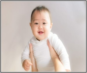 赤ちゃんが離乳食を食べないで、泣いている所
