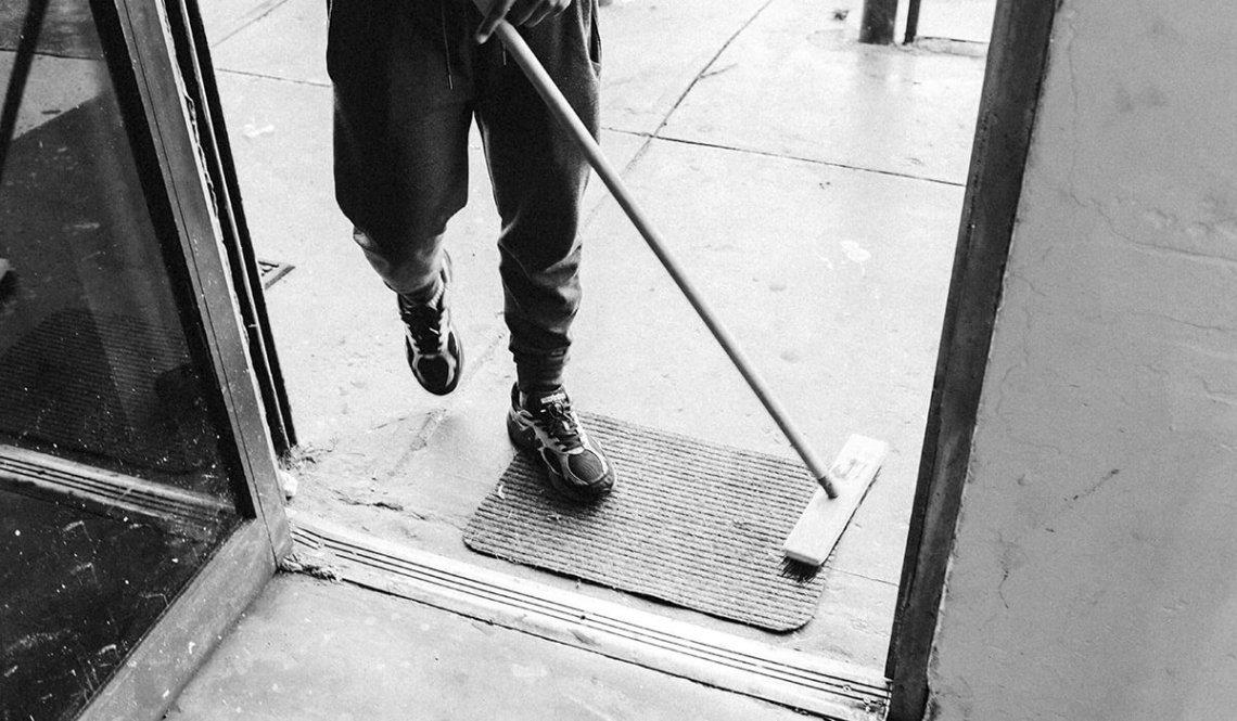 Osoba sprzątająca (fot. Frankie Cordoba - Unsplash)