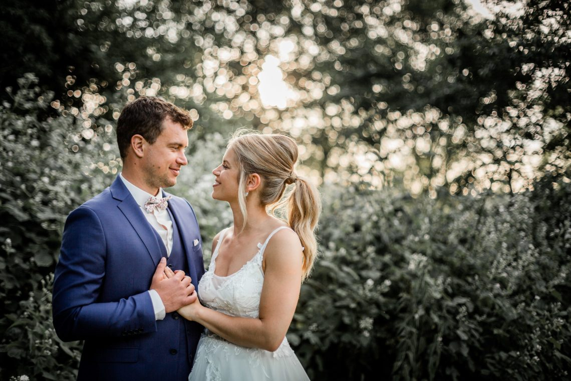 Un mariage haut en couleurs, des mariés adorables, une arche magnifique pour un joli jour magique