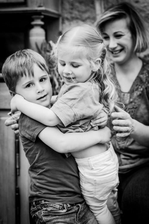 Garçon porte sa sœur