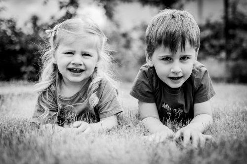portrait frère et soeur dans l'herbe