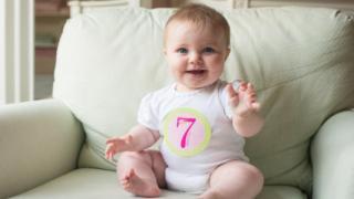 肌着姿の赤ちゃん