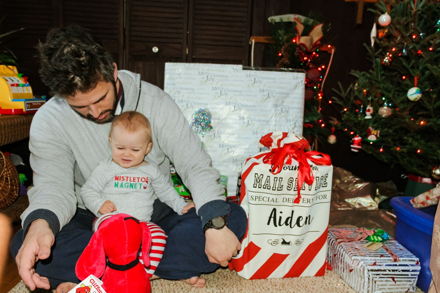 It wasn't so long ago that I had no idea what to get for a one-year-old. Here is a list of the best gift ideas for babies 9-12 months. - Gift Ideas for Babies 9-12 Months by popular DC mommy blogger Baby Castan on Board