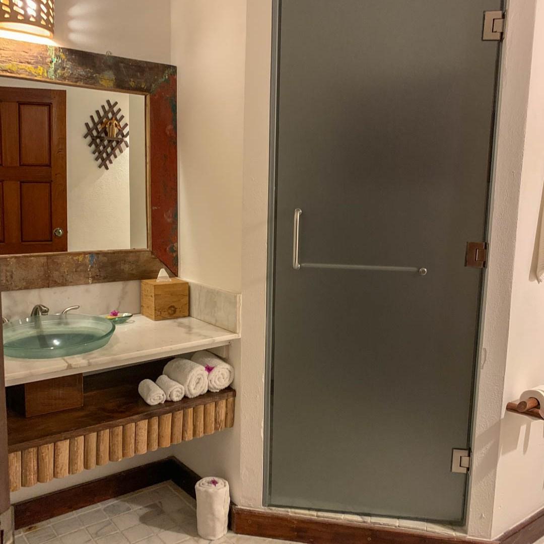 Rainforest Junior Suite bathroom