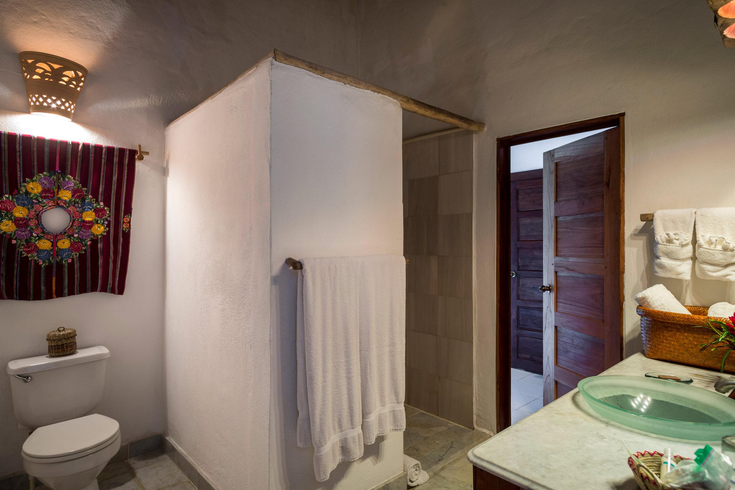 La Lancha Lakeview Suite bathroom