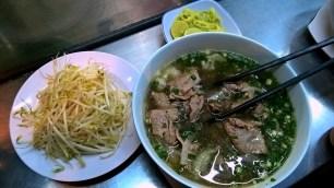 Pho, zuppa tipica di manzo crudo e noodles