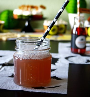 Cranberry Wodka Cooler by http://babyrockmyday.com/halloweendrink/