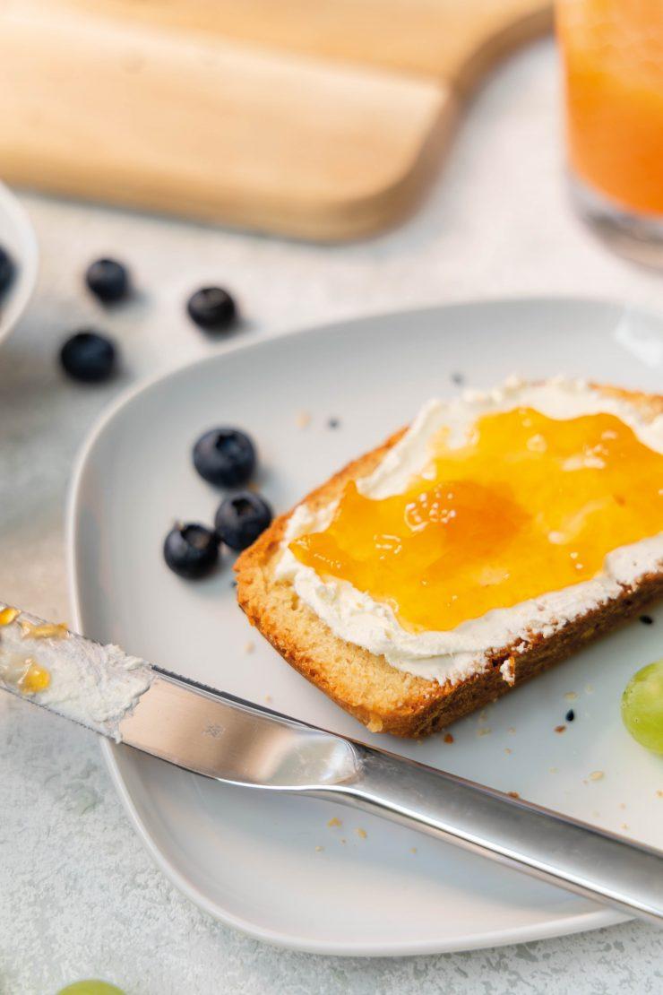 Frühstücksbrot mit Sesam-Mohn-Kruste / Breakfast bread with sesame and poddy seeds topping by https://babyrockmyday.com/fruehstuecksbrot-mit-sesam-mohn-kruste/