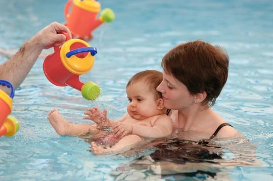 Babyschwimmen Überwasserfoto in der Schwimmschule Seestern