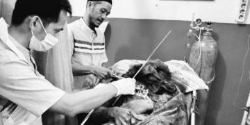Jenazah Jatmiko, Ketua RT di Desa Sido Rukun, Kecamatan Rimbo Ulu, Kabupaten Tebo saat di puskesmas/Foto Ist.
