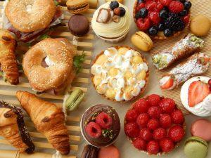 ¡Crea tu desayuno personalizado! 8  ¿Buscas un regalo para un goloso? ¿Sabes que el dulce es su debilidad? Con este pack le ganarás seguro ❤Este box incluye: <ul> <li>5 macarons.</li> <li>2 cookies americanas de chocolate.</li> <li>2 donuts de ganache de chocolate blanco y frambuesa.</li> <li>2 brownie de Oreo</li> <li>2 muffins de chocolate.</li> </ul>