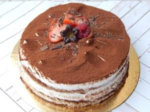 Tiramisú Cake (desde 8 Porciones) 4  Disfruta de un delicioso roscón relleno con una deliciosa nata vegetal con notas de vainilla y fresas naturales. Elabora de una manera deliciosa y esponjosa con ingredientes naturales.    <em>Es recomendable consumir este producto en 24 horas.</em>