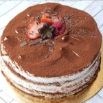 Drip cake de chocolate Sin Gluten y/o Vegano (desde 8 Porciones) 2  Pastel estilo drip cake de chocolate con diferentes texturas y formas con opción a <strong>deliciosa combinación de vainilla.</strong>Éste producto se mantiene en perfectas condiciones tras 3 días desde la entrega.<strong>🕑Realiza tu pedido antes de las 2:00pm y recíbelo mañana o el día que tu elijas.</strong>