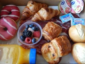 """Desayuno continental 12  <div class=""""j-module n j-text""""><strong>Un desayuno perfecto y completo para que disfrute papá en el trabajo.</strong><strong>EL PACK DESAYUNO INCLUYE:</strong>- Zumo de naranja natural 250ml.- Café Capuccino Starbucks ó Caffé Latte Sturbucks.- 1 donuts cheesecake.- 1 muffin de chocolate.- 2 croissans dejamón ibérico.- Macedonia de fruta natural.- Galleta en forma de bigote.- 1 Tarjeta/Nota incluida.</div> <strong>🕦 Realiza tu pedido antes de las 6:00pm y recíbelo mañana o el día que tu elijas.</strong>"""