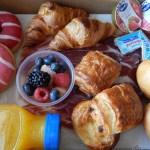 """Desayuno ¡Buenos días! 2  <div class=""""j-module n j-text"""">EL PACK DESAYUNO INCLUYE: <ul> <li>Zumo de naranja natural 250ml.</li> <li>2 cafés Capuccino Stabucks.</li> <li>2 croissans de mantequilla.</li> <li>2 mini muffins de chocolate.</li> <li>2 mini muffins de manzana y canela.</li> <li>2 donuts glacé.</li> <li>2 panecillos.</li> <li>2 mermeladas variadas Bone Mamman.</li> <li>2 mantequillas.</li> <li>2 Yogurt Parfait.</li> </ul> </div>"""