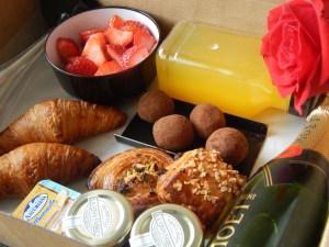 """Desayuno romántico deluxe 19  <div class=""""j-module n j-text""""><strong>Un desayuno perfecto y completo para que disfrute papá en el trabajo.</strong><strong>EL PACK DESAYUNO INCLUYE:</strong>- Zumo de naranja natural 250ml.- Café Capuccino Starbucks ó Caffé Latte Sturbucks.- 1 donuts cheesecake.- 1 muffin de chocolate.- 2 croissans dejamón ibérico.- Macedonia de fruta natural.- Galleta en forma de bigote.- 1 Tarjeta/Nota incluida.</div> <strong>🕦 Realiza tu pedido antes de las 6:00pm y recíbelo mañana o el día que tu elijas.</strong>"""