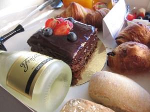 Desayuno ¡Feliz cumpleaños! 6  ¿Quieres una sorpresa romántica? Una caja especial con rosas, champagne, fresas con chocolate y macarons.