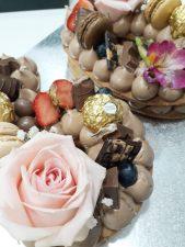Cookie Cake 2 Letras/Número 4  Puedes disfrutarla de la manera más romántica. Tiene forma de corazón y son preciosamente decoradas con merengues, flores naturales, macarons y frutos rojos.    <strong>🕦 Realiza tu pedido antes de las 6:00pm y recíbelo mañana o el día que tu elijas</strong>