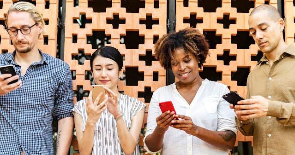 - adult busy cellphone 1083622 2 - ผลวิจัยเผย จำกัดเวลาการใช้ Social Media ช่วยลดอาการซึมเศร้า